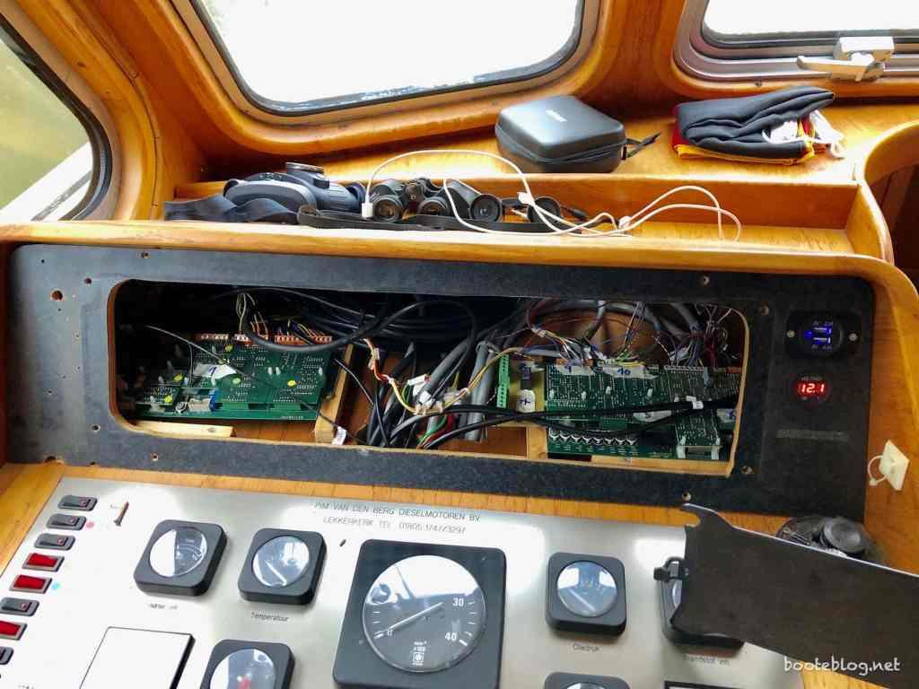 Der Innenfahrstand ohne die Euro 500 Instrumente, nur noch die Platinen der Anlage sind zu sehen.