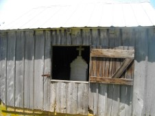Mudd Outbuilding with grave