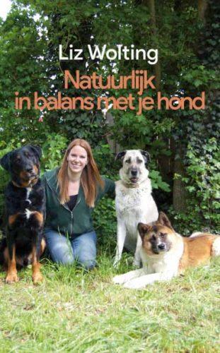 omslag van het hondenboek Natuurlijk in balnas met je hond van Liz Wolting