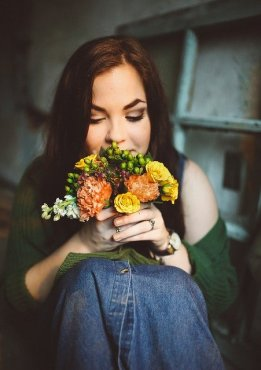 Woman holding A Bouquet of flowers for first month sober