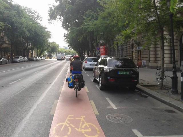 Budapest. Corsia ciclabile sulla carreggiata. A lato, parcheggi con piccola distanza di sicurezza per le portiere.