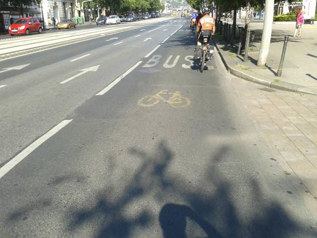 Budapest. Corsia condivisa bus e bici.