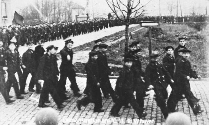 Matrosen in Kiel demonstrieren nach dem Aufstand 1918.