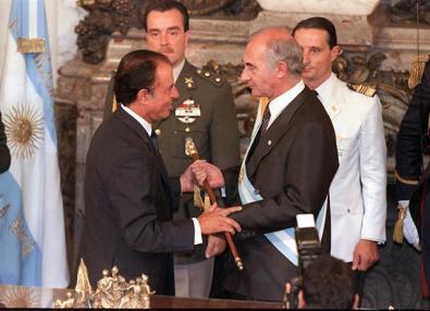 El pase de mando, en 1999. Menem tenía $ 1.763.325.