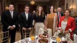 Graciela Mónica López de Potocar (de rojo) en una cena por el Día Internacional de la Mujer, en marzo.