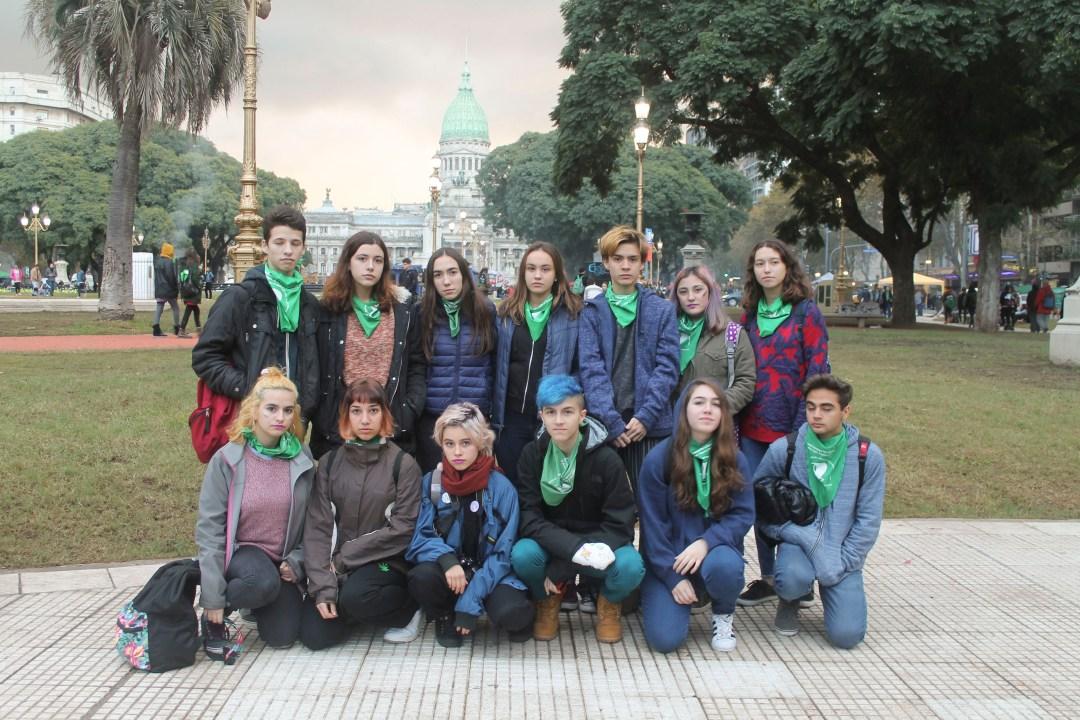 Chicas y chicos del Albarración, organizados y marchando juntos. (Ph: Lola Rodríguez)