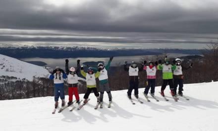 En Bariloche, los niños de escuelas aprenden a esquiar ayudados por el gobierno provincial