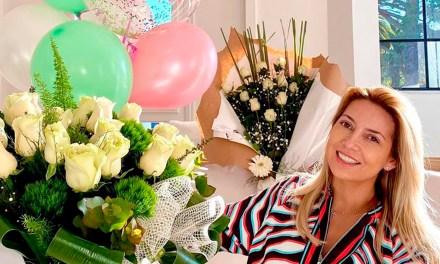 Fabiola Yañez celebró su cumpleaños con flores, globos y barbijo