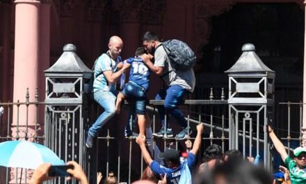 La explicación del gobierno por el desmadre vivido en Casa Rosada durante el velorio de Diego Maradona