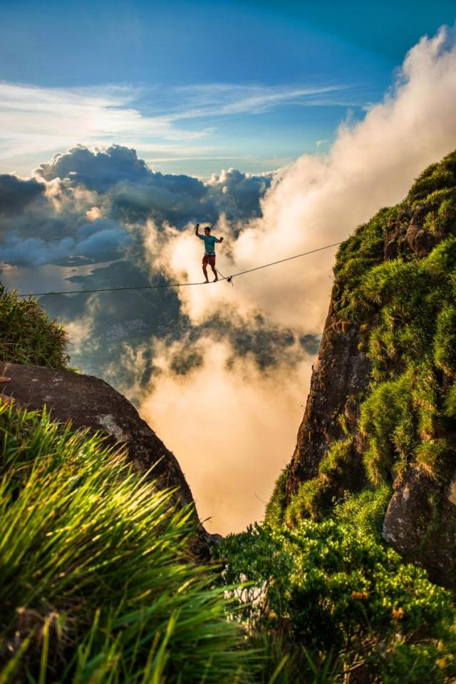 Extreme-Walk-by-Brian-Mosby-on-a-Tightrope-at-an-Altitude-of-850-Meters-Near-Rio-de-Janeiro-3