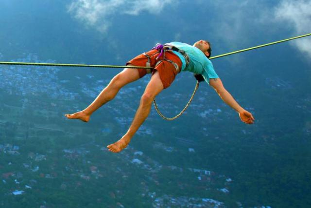 Extreme-Walk-by-Brian-Mosby-on-a-Tightrope-at-an-Altitude-of-850-Meters-Near-Rio-de-Janeiro-4