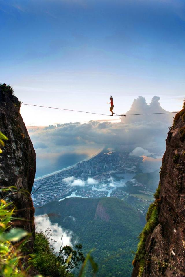 Extreme-Walk-by-Brian-Mosby-on-a-Tightrope-at-an-Altitude-of-850-Meters-Near-Rio-de-Janeiro-8