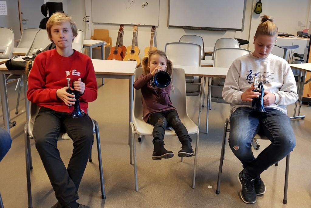 Store og små lærer en sang på trompet