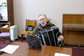 Только высокий профессионализм Григория Федоровича позволяет проводить репетицию, играя на старом изношенном баяне