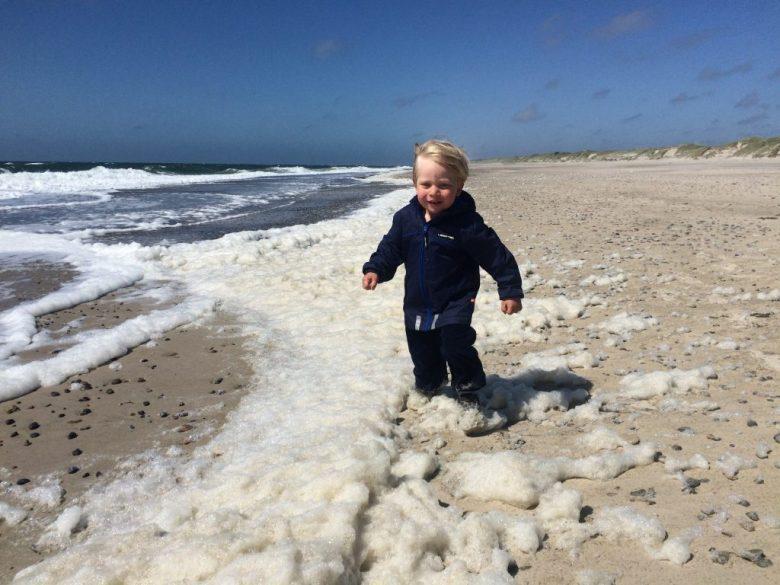 Her er et eksempel på, at stranden kan være helt anderledes vild - også om sommeren. Skummet fra de vilde bølger flyver ind over stranden i juni 2015.