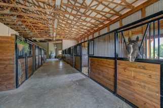 custom-horse-stalls-equestrian