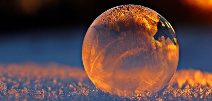 Eiskugel im Abendlicht