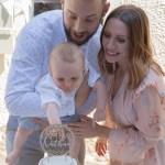 Un bébé, un baptême, le gâteau et ses parents