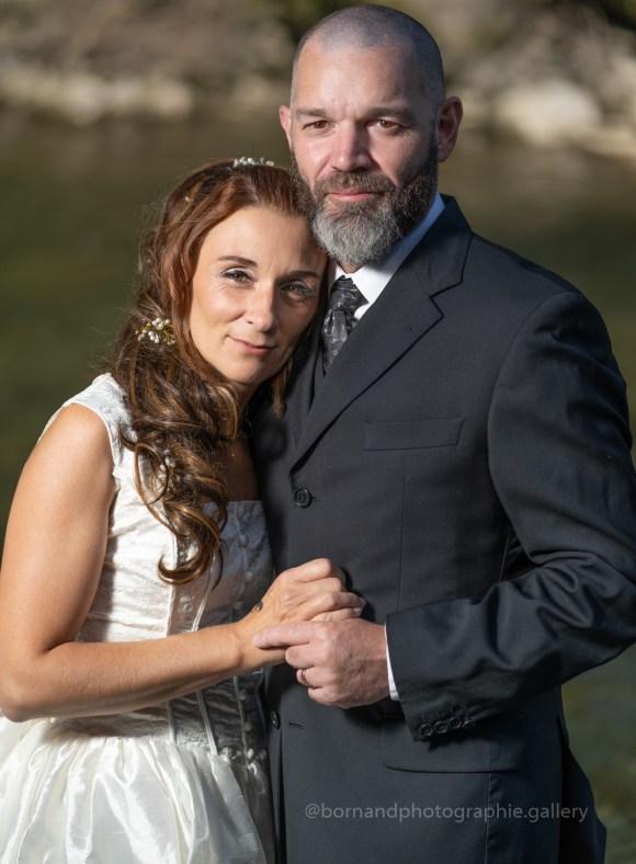 Les mariés, bras dans les bras