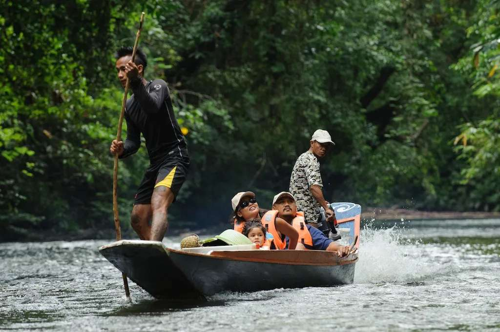 Longboat travels upriver to Nanga Sumpa
