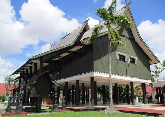 rumah adat suku dayak di Palangkaraya
