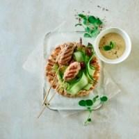 Små grillspyd på fladbrød med humus & grønt