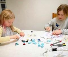 Familien leger med creativ company