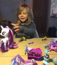 pige leger med My Little pony ved spisebordet