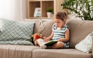 børnehave Pige slapper af på sofaen