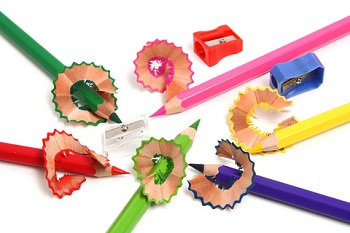 skriveredskaber og farveblyanter