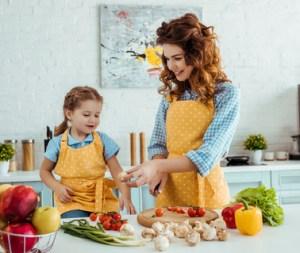 mor og datter i køkkenet. frugt og grønt i hverdagen