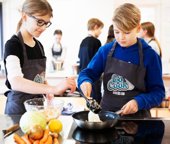 børn der arbejder med smagekassen