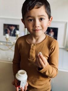 Dreng spiser OmniMini Multi vitamin