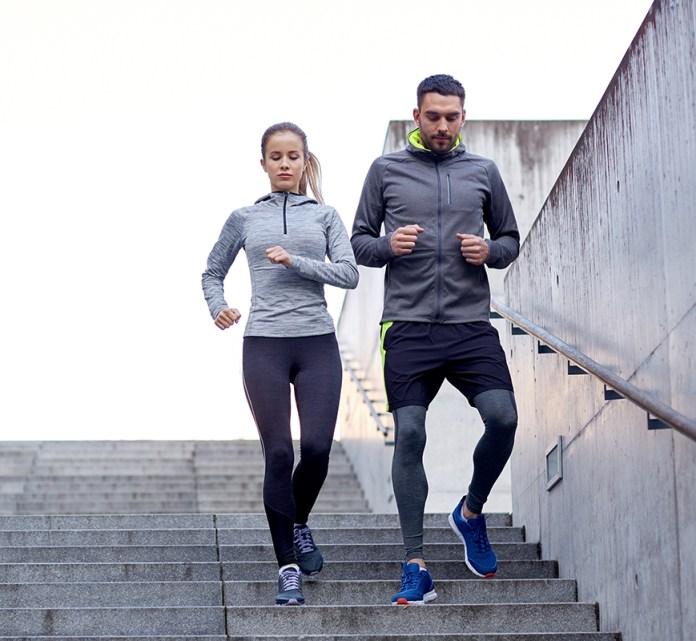ungt par træner sammen for at leve sundere