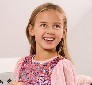 ung pige med fine øresmykker fra blomdahl