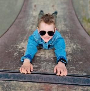 dreng med xplora ur på skateboard rampe