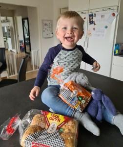 En glad dreng med Kohberg brød