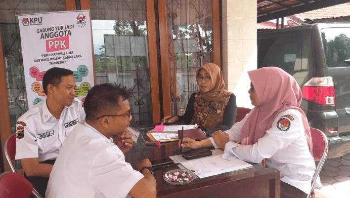 AWASI: Ketua Bawaslu Kota Magelang dan Kordiv Pengawasan, Endang Sri Rahayu saat melakukan pengawasan langsung perekrutan PPK di Kantor KPU. (Foto: Bawaslu Kota Magelang)