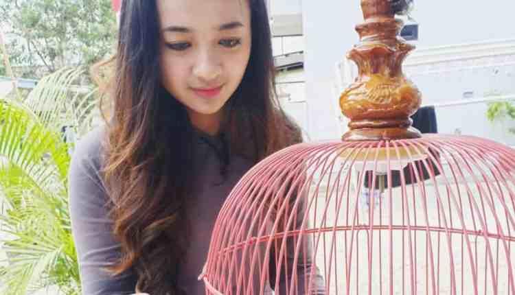 NEWS: Kartika Jezvika saat merawat burung kesayangannya (Foto: Istimewa)