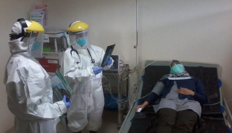 ILUSTRASI : Tenaga Medis perawat dan dokter saat memeriksa pasien supek corona (covid-19)-(Foto: Internet)