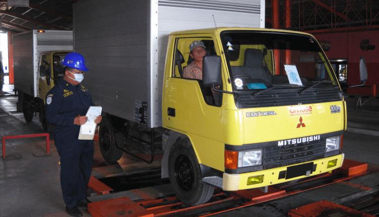 CEK: Petugas mengecek kendaraan dalam UJI KIR. (Foto: Istimewa)