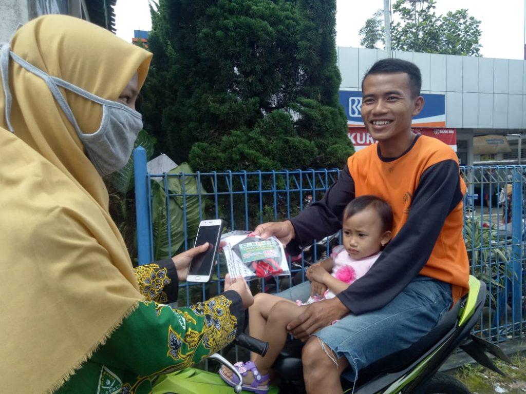 NEWS: IPPNU Kaliangkrik juga ikut bagi bagi masker (16/4/2020)-(Foto: Istimewa)