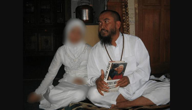Foto Syekh Puji Saat menikahi bocah dibawah umur tahun 2008 (Foto: Internet)