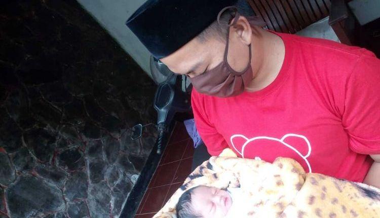Bayi cantik bernama corona ini digendong ayahnyaBayi cantik bernama corona ini digendong ayahnya