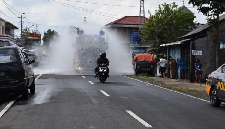 Armada Water Cannon Polres Magelang saat lakukan penyemprotan di Desa Krincing Secang (27/5/2020)-(Foto: Istimewa)