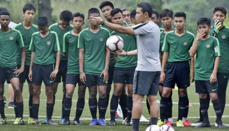 Pelatih Timnas Indonesia U 16 Bima Sakti saat memberikan arahan persiapan AFC