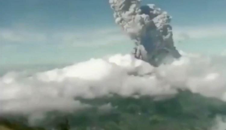 Foto Erupsi Merapi Minggu pagi (21/6/2020)-(Foto: SS Video_