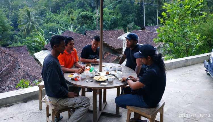 Erix Soekamti bersama Soim Pengelola Wisata Alam Marmer Indonesia di Salaman menikmati kopi alam liar (1/7/2020)-(Foto: istimewa)