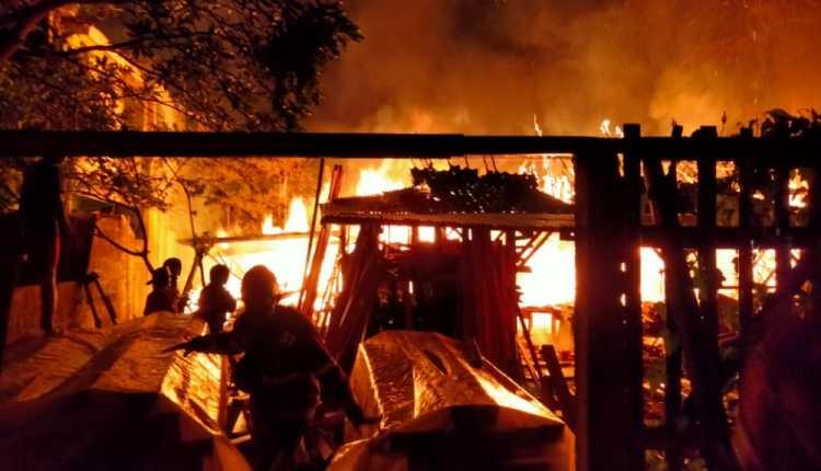Petugas Damkar Kabupaten Magelang saat berupaya memadamkan api di sebuah gudang mebel-(30/9/2020)-(Foto: DOk Damkar)
