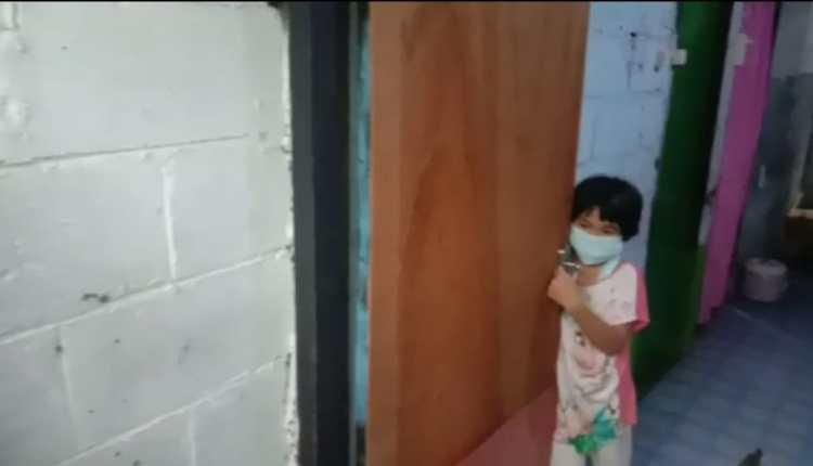Gadis kecil di rumah kontrakan sendiri